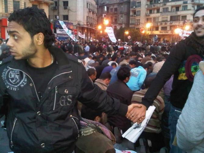 Cristianos protegiendo a los musulmanes como barrera humana para que estos oren en medio de los levantamientos 2011 en El Cairo, Egipto