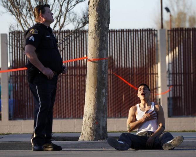Hombre joven que acaba de descubrir que su hermano fue asesinado