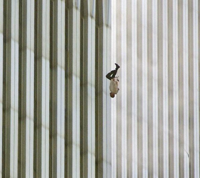 """Hombre que cae desde el World Trade Center el 9/11. """"El Hombre Que Cae."""""""