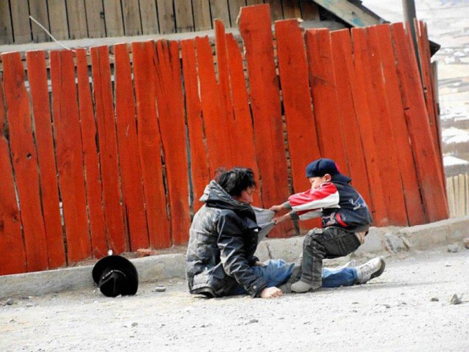 Padre alcohólico con su hijo