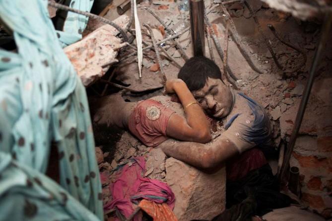 Pareja abrazada en los escombros de una fábrica derrumbada