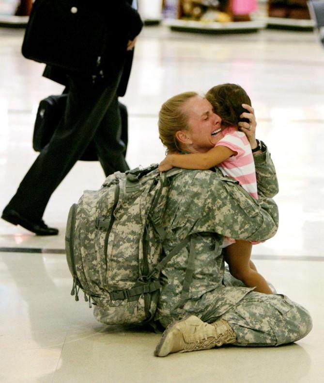 Terri Gurrola se reencuentra con su hija después de servir en Irak desde hace 7 meses