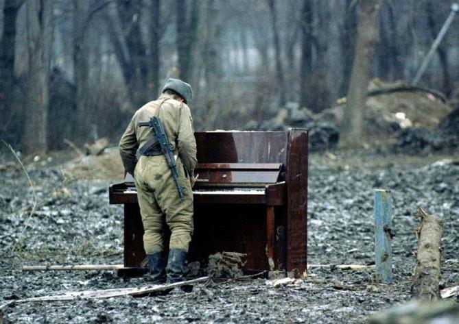 Un soldado ruso jugando con un piano abandonado en Chechenia en 1994
