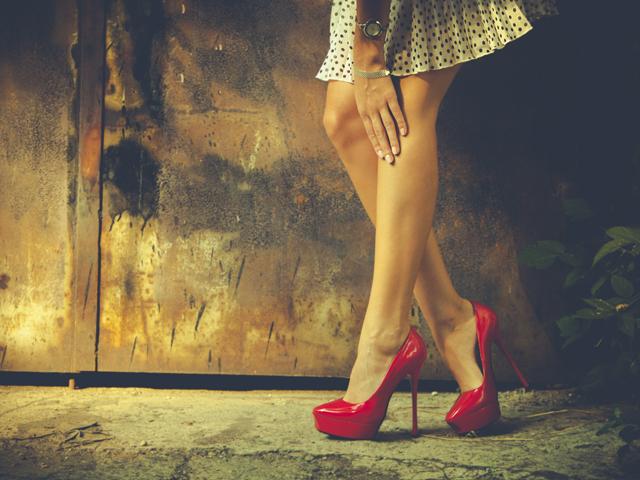 CRUZAN LAS PIERNAS El cruce de piernas deja más visible la pantorrilla y también permite que los músculos de la pierna se vean más tersos y provocativos. | Fuente: | Getty Images
